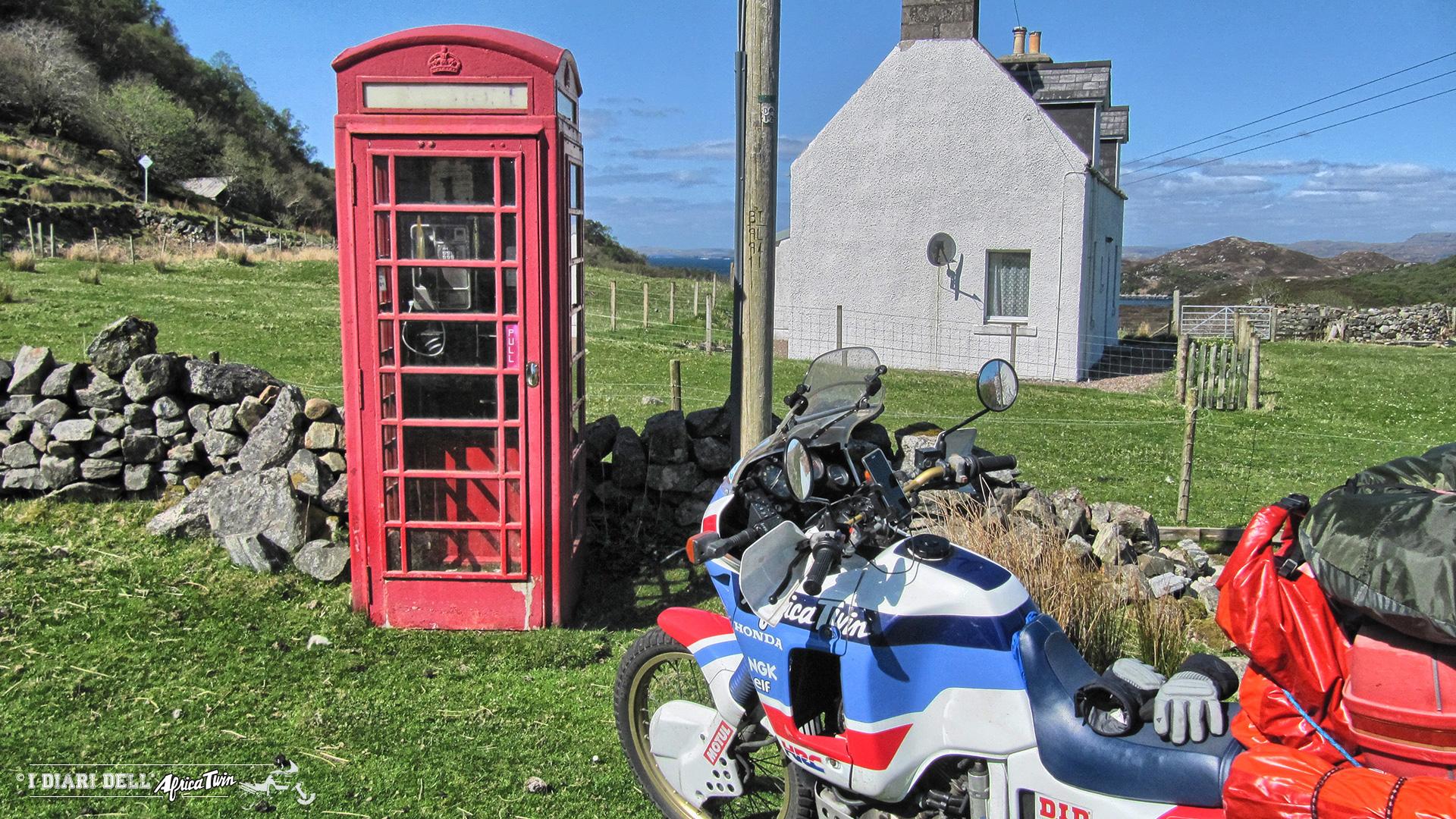 Cabina telefonica inglese in mezzo al nulla
