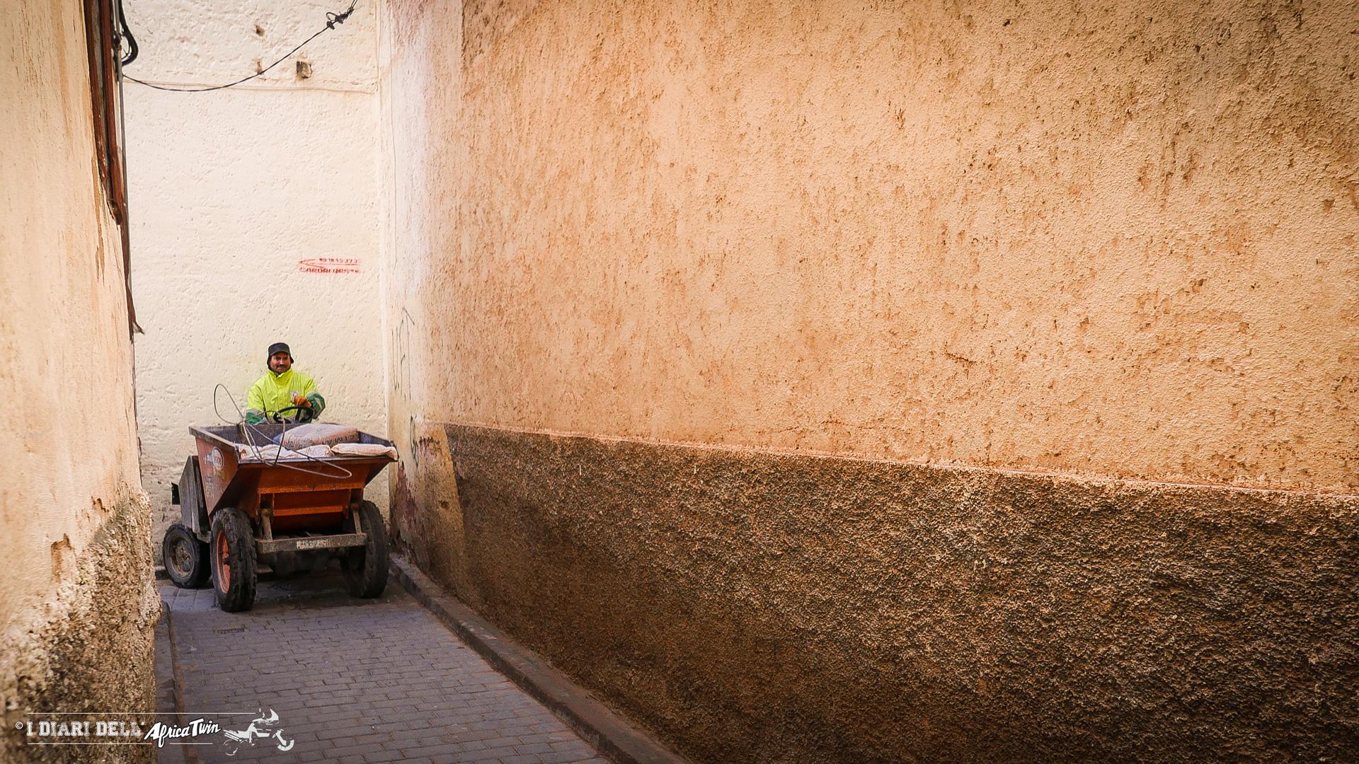 Nettezza urbana per i vicoli di una medina