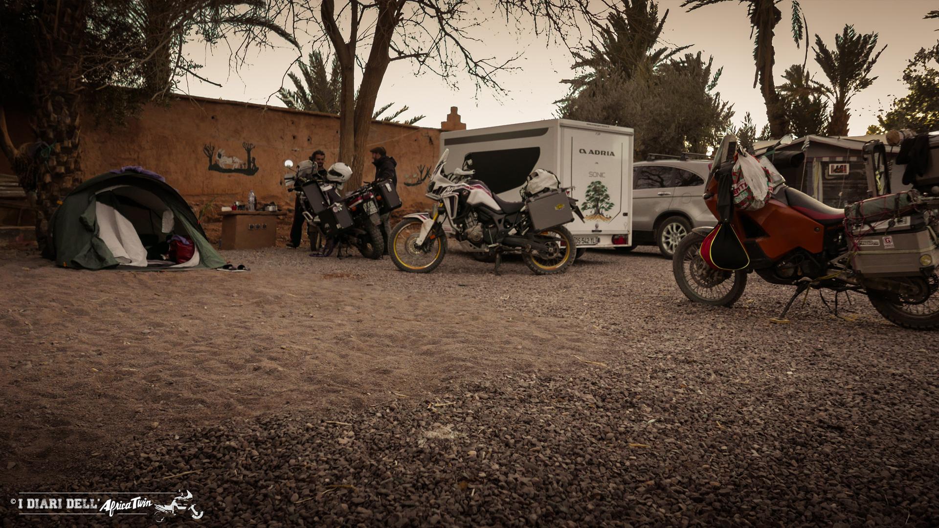 Campeggio in compagnia nel deserto