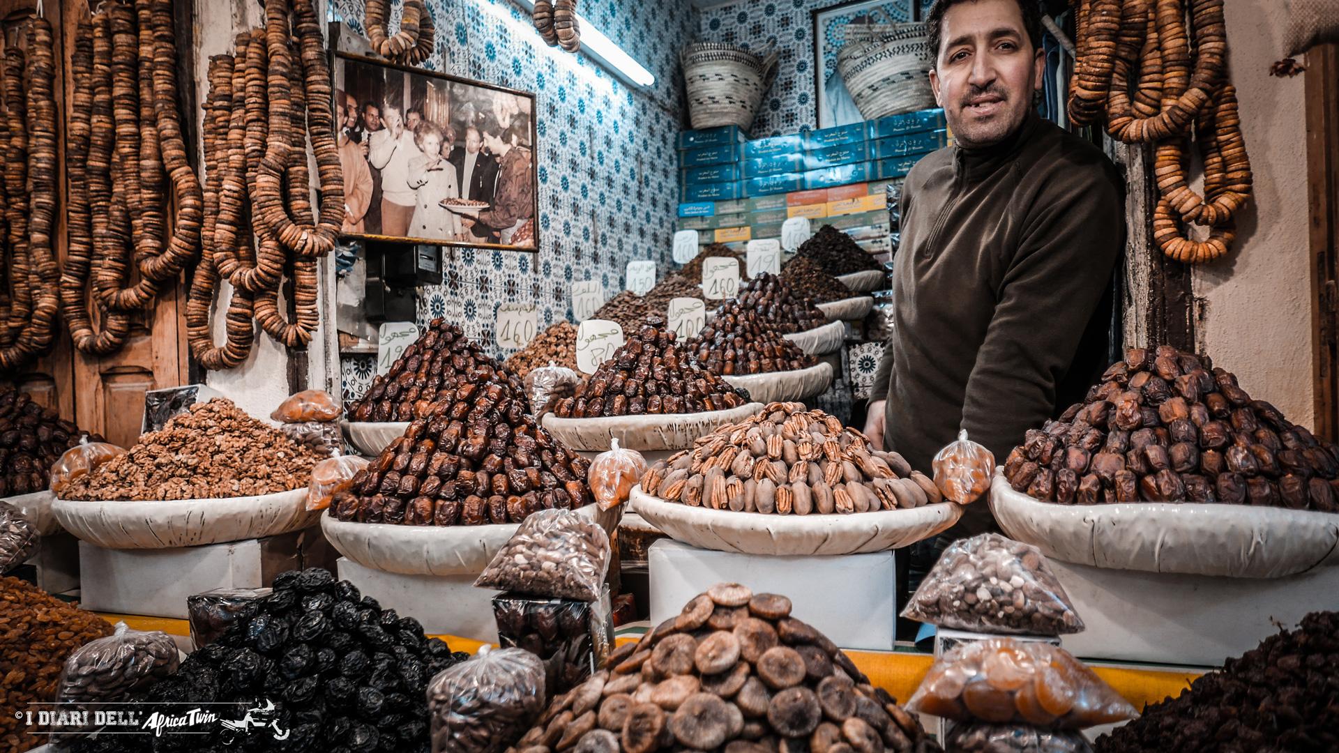 Vasta offerta culinaria nella Medina di Fès.
