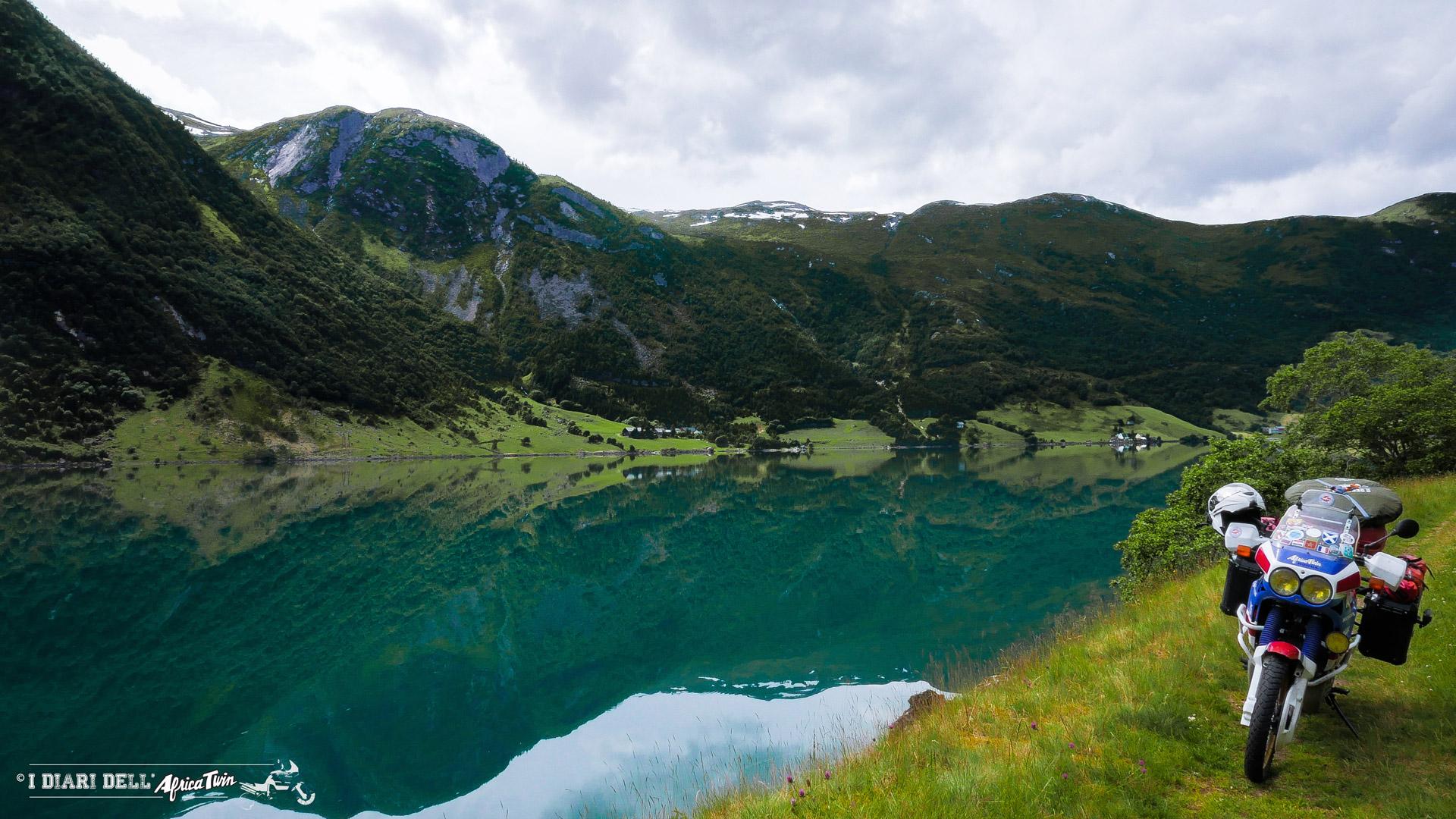 caponord in moto fiordi norvegia