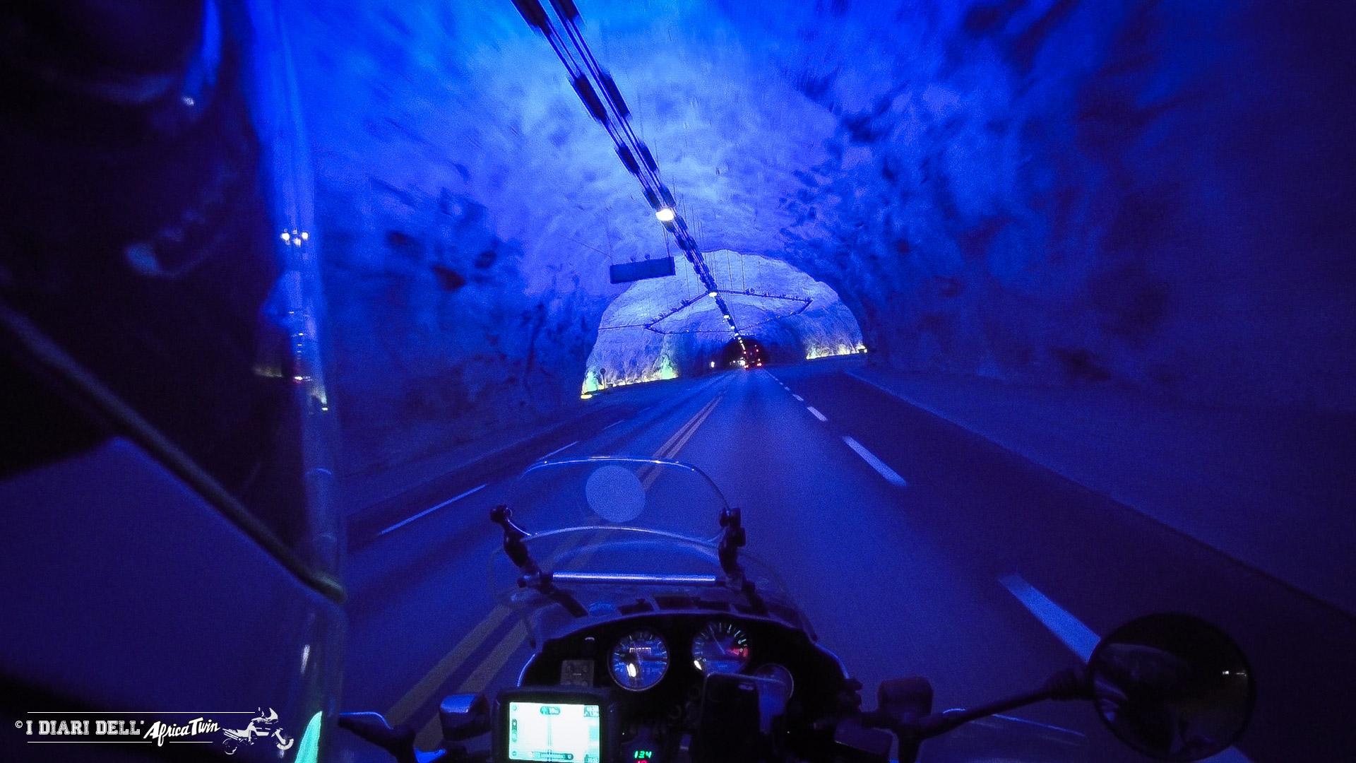 Tunnel di Lærdal caponord in moto