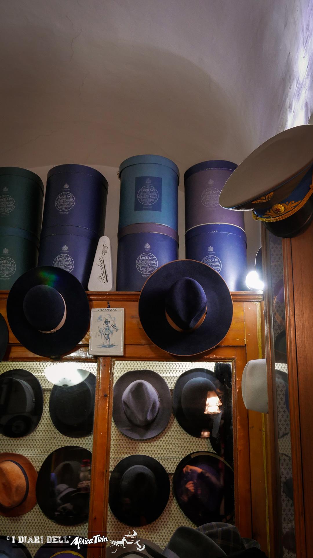 In alto sulla destra un vecchio cappello russo