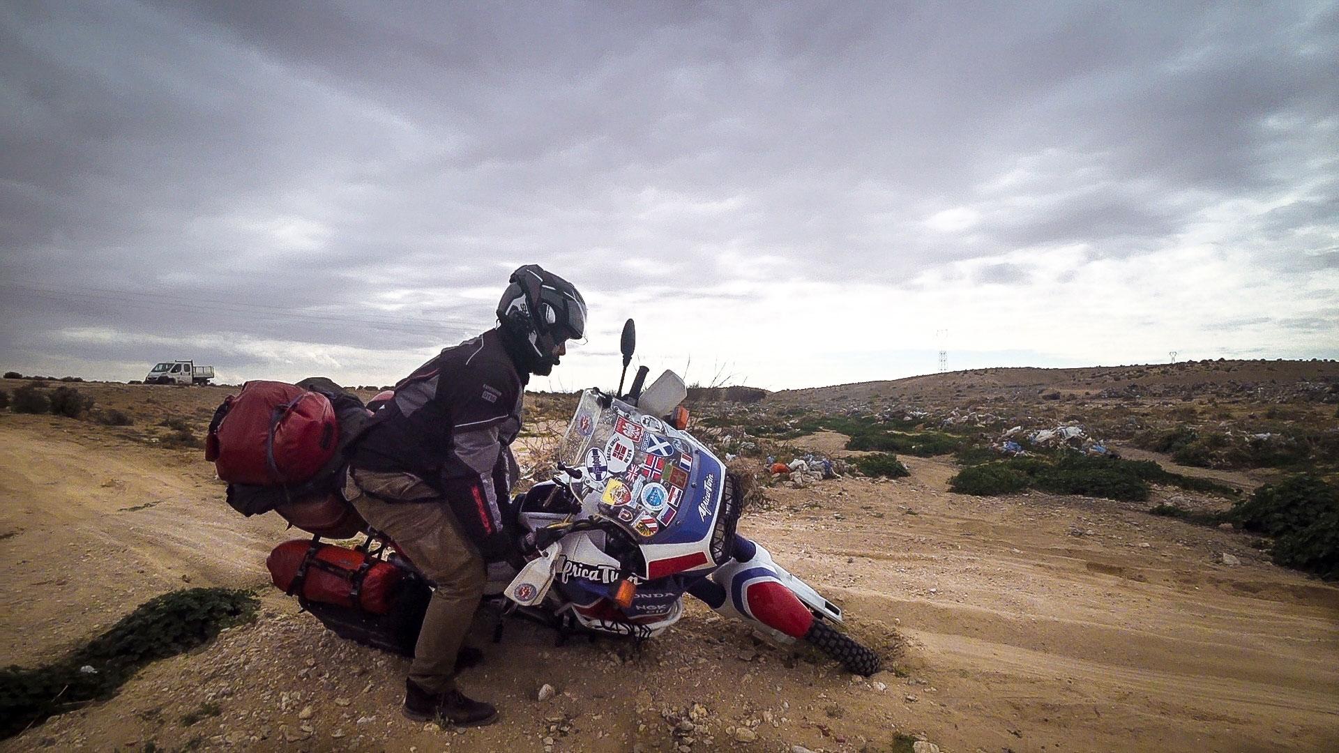 caduta moto deserto tunisia