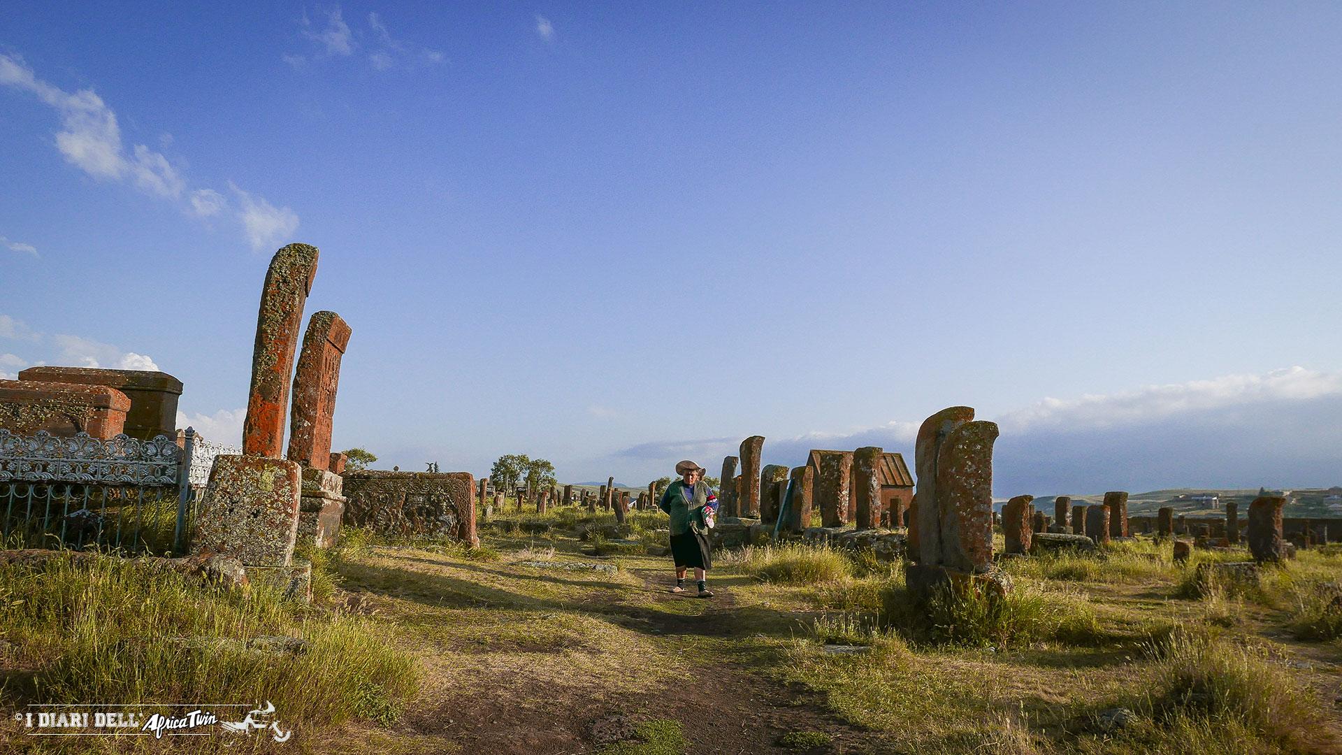 georgia-armenia-in-moto-monastero-noratus-cimitero